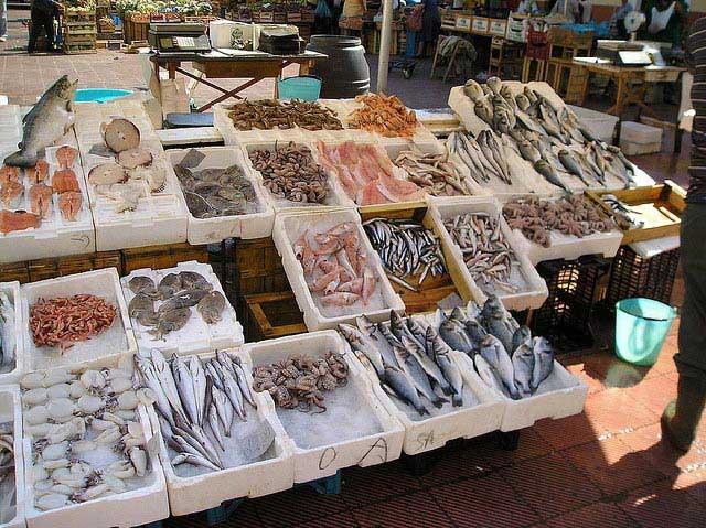 שוק מאכלי-הים של עיירת החוף היפה מונופולי