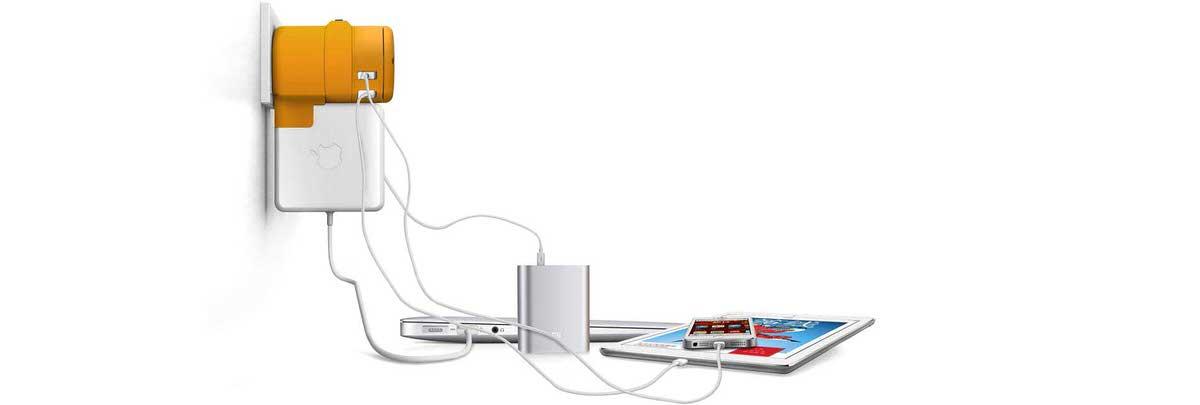 המטען בפעולה עם חיבור לשלושה מכשירים באמצעות יציאת USB וכן למחשב MacBook