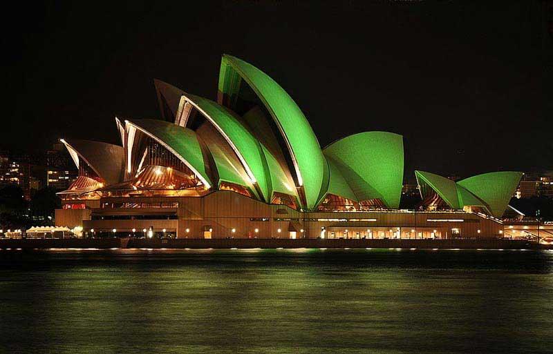 בית האופרה של סידני מואר באור ירוק לכבוד יום פטריק הקדוש
