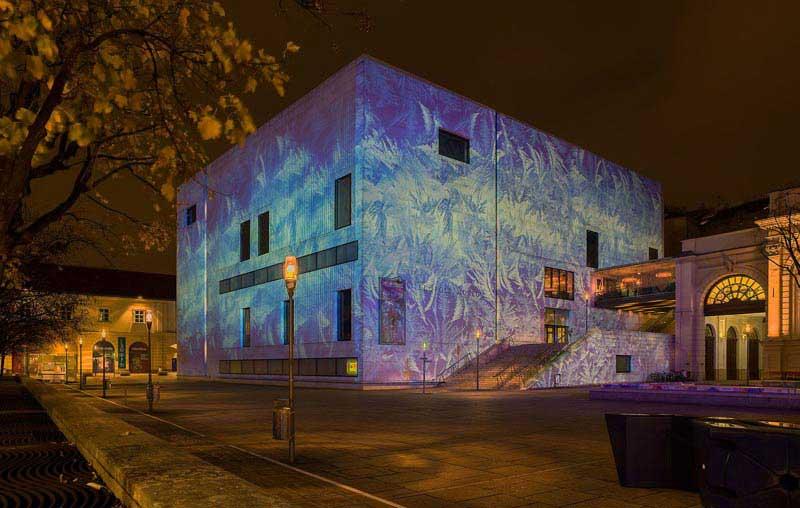 מוזיאון לאופולד מואר בלילה