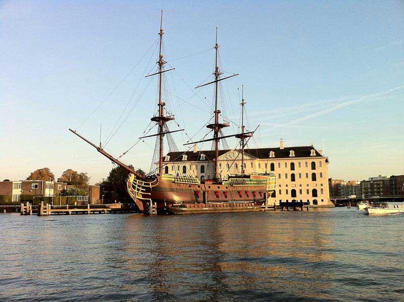 שחזור הספינה אמסטרדם בחזית המוזיאון הימי של הולנד
