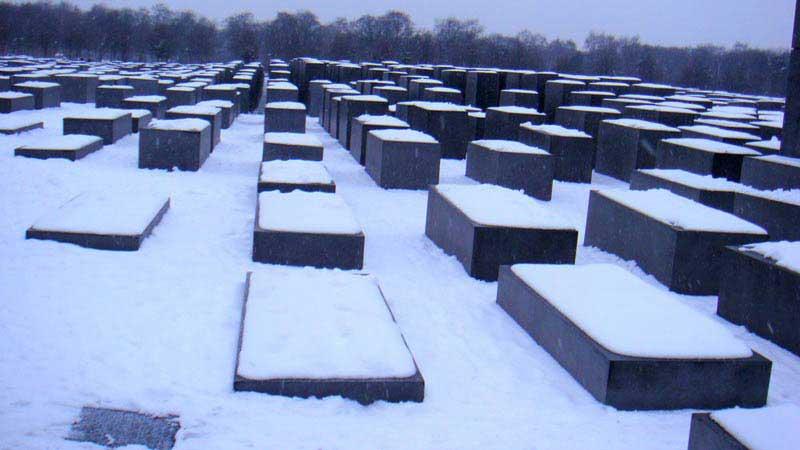 אנדרטת השואה בשלג