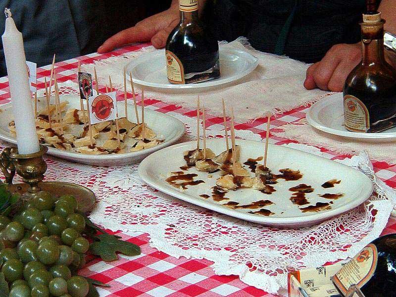טעימות של גבינת פרמזן וחומץ בלסמי בפסטיבל במודנה