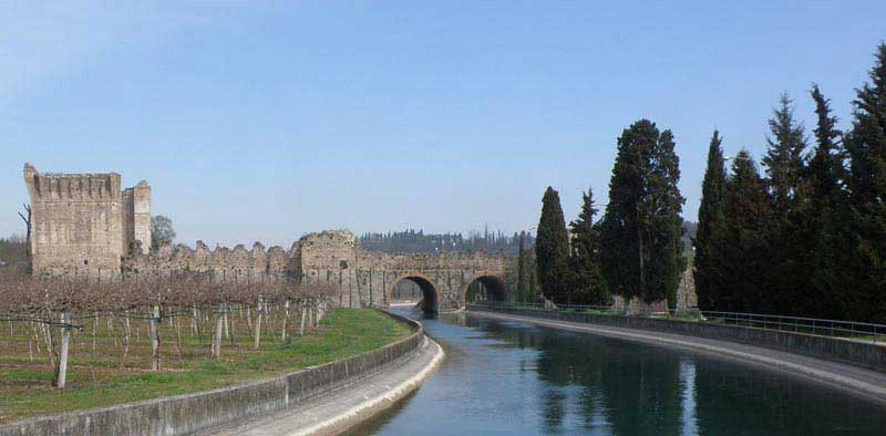 גשר ויסקונטאו מהמאה הארבע-עשרה החוצה את נהר מינצ