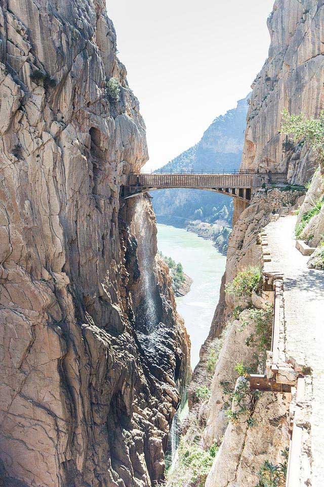 הגשר המחבר בין קירות הנקיק