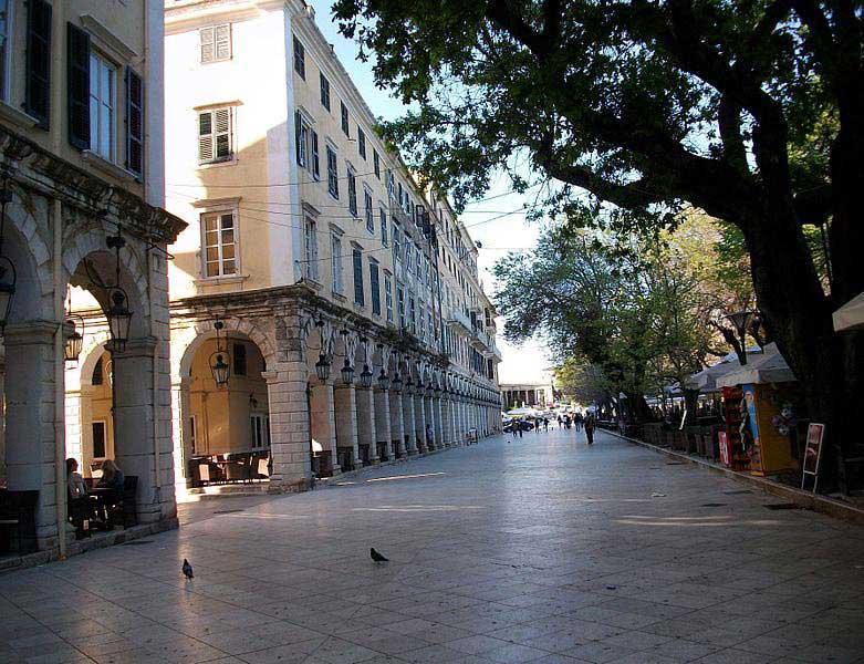 כיכר ספּיאָנָדָה שבקורפו העתיקה