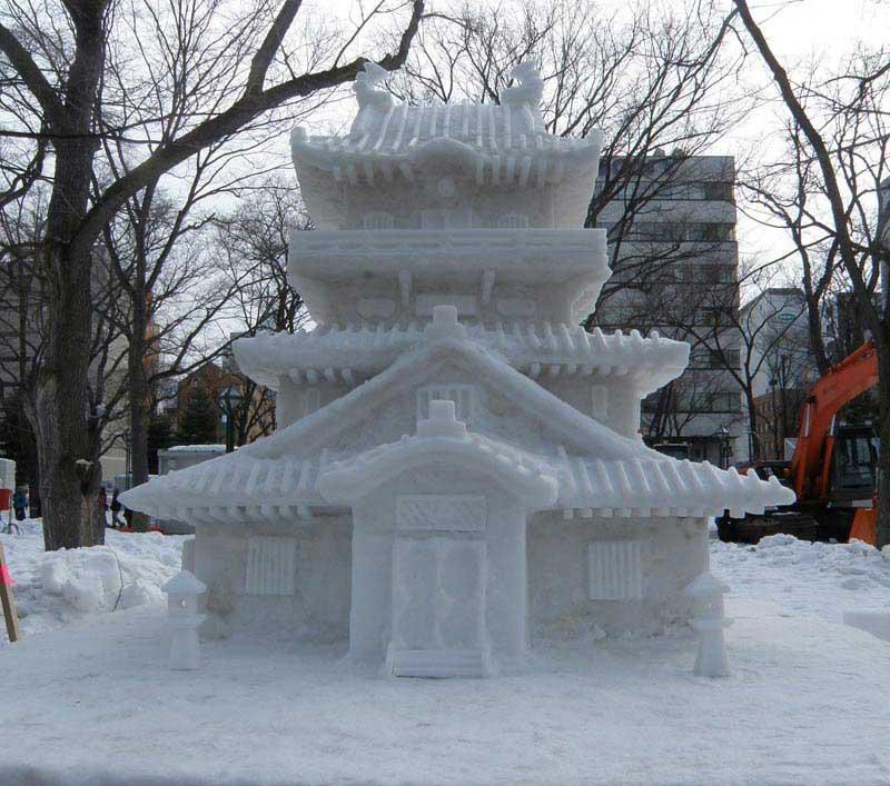 פסל פגודה משלג ברחוב סוּסוּקינוֹ, הרחוב הראשי של מרכז סאפּוֹרוֹ