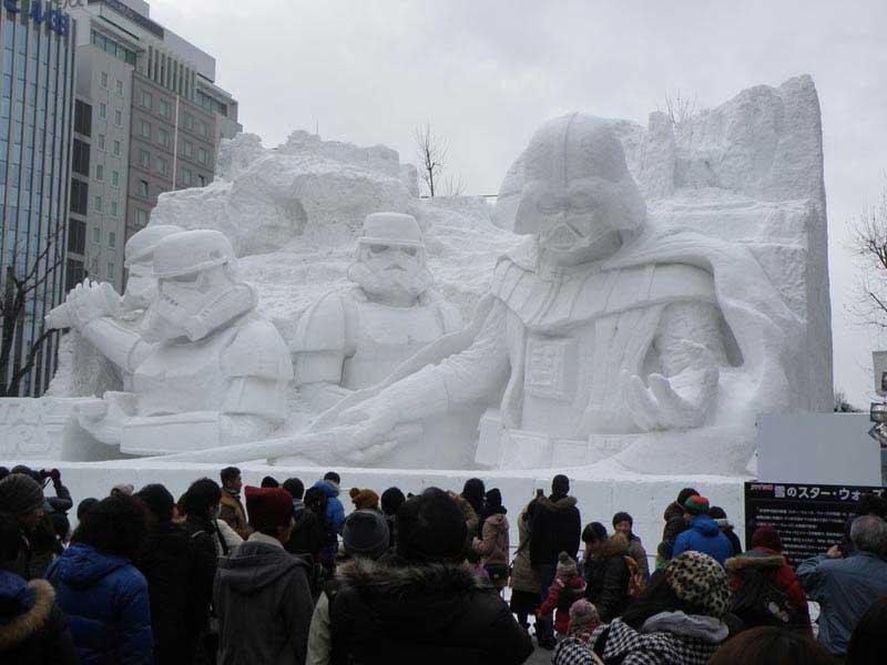 פסל גדול-מידות של דמויות מלחמת הכוכבים באוֹדוֹרי פארק