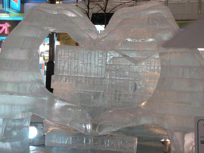 אחד מפסלי הקרח המוצגים ברחוב סוּסוּקינוֹ