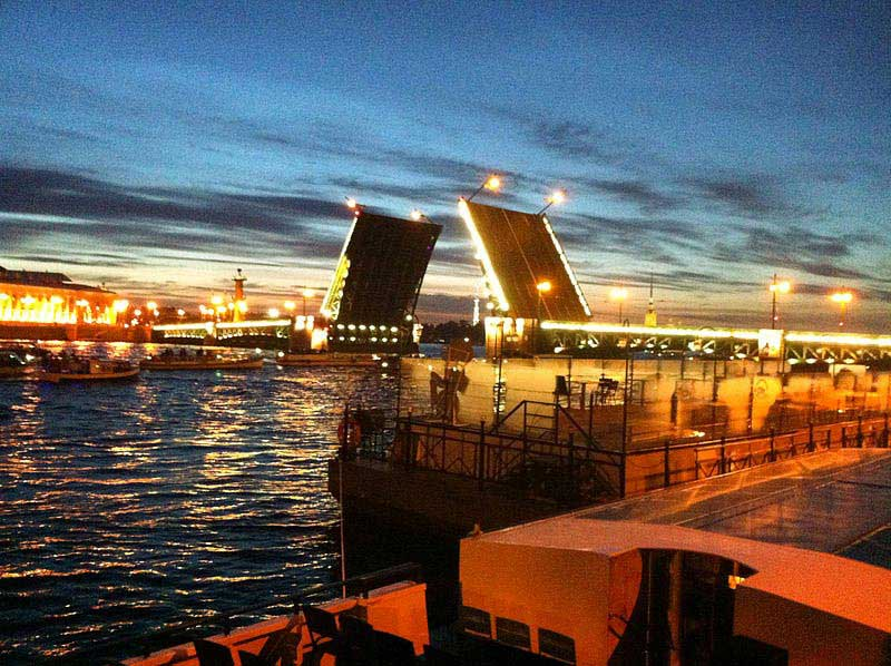 פתיחת הגשרים מעל נהר ניבה בלילות הלבנים (2:00 לפנות בוקר)