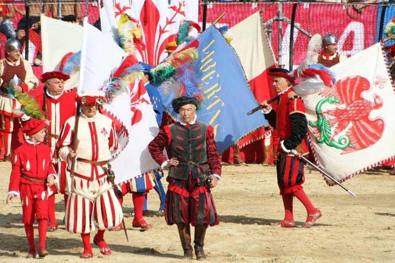 תהלוכה ססגונית מלווה את השחקנים אל המגרש שבפיאצה סנטה קרוֹצֶ