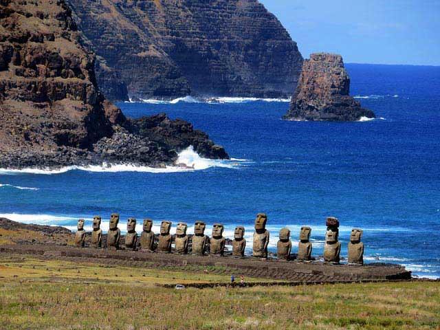 פסלי מוֹאָי באי הפסחא