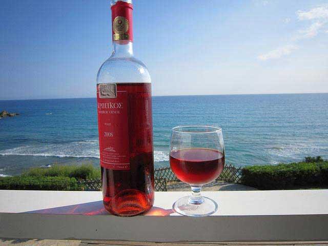 שמש, ים כחול ויין אדום