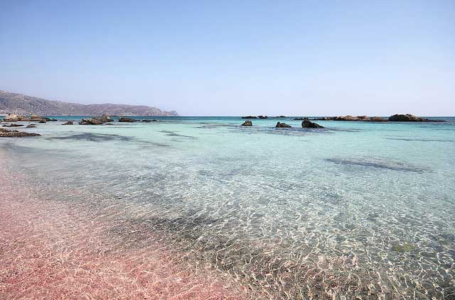 מים צלולים בחוף אֶלאפוֹניסי שבקצה הדרום-מערבי של כרתים