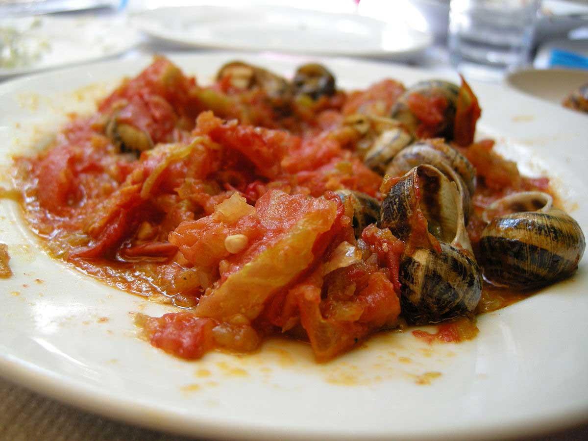 חלזונות בעגבניות - מנה מהמטבח של כרתים