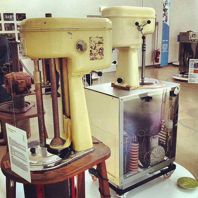 מכונות ישנות לייצור גלידה במוזיאון הגֶ