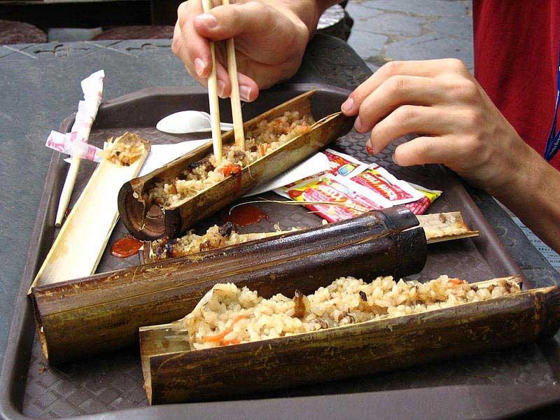 תבשיל אורז מסורתי במקל במבוק