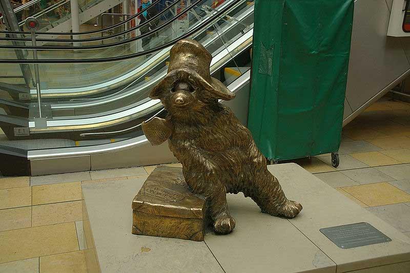 פסל של הדב פדינגטון בתחנת הרכבת פדינגטון