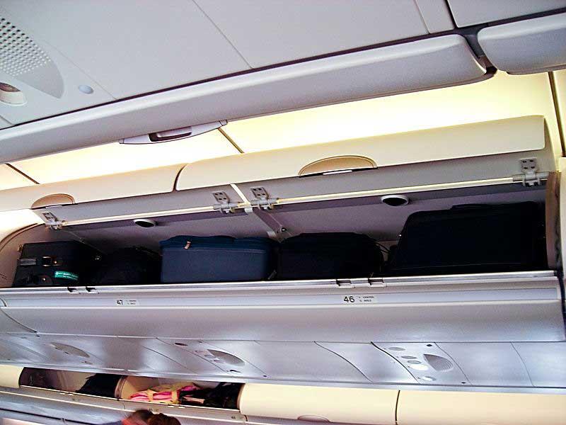 לאחסן את המזוודה בנוחות בתאים העליונים