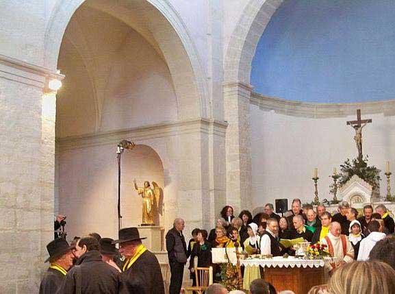 המיסה לפטריות הכמהין בכנסיית העיירה רישראנש, ועל המזבח פטריות הכמהין
