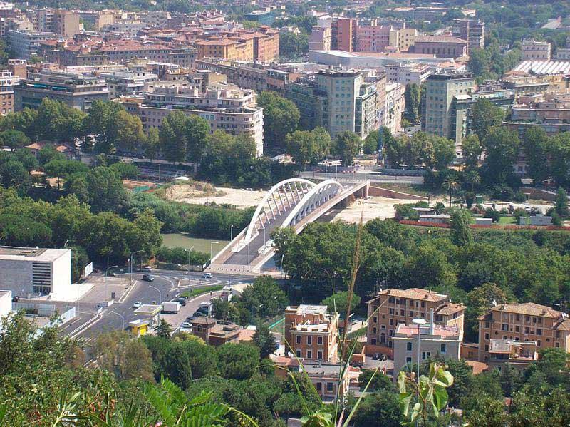 גשר המוסיקה החוצה את נהר טיבֶּר בין קוּאָרטיֶירֶה פלאמיניוֹ לבין סטאדיוֹ אולימפיקו