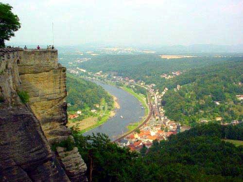 העיירה קניגשטיין למרגלות המצודה לגדת נהר אלבה