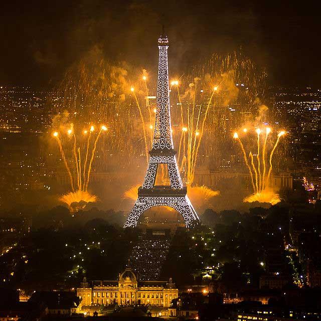 החגיגה הגדולה של הקיץ - מופע הזיקוקים מעל מגדל אייפל ביום הבסטיליה