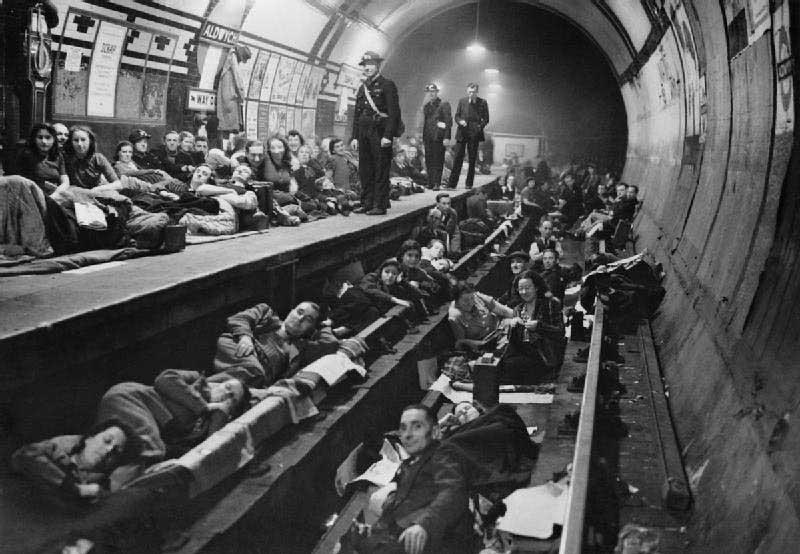 מנהרת תחנת Aldwych ששימשה כמקלט בבליץ על לונדון, 1940