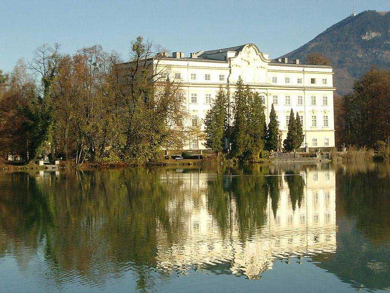 ארמון לאופולדסקרון, שחזיתו הפונה לאגם יצגה את ביתה של משפחת פון טראפ