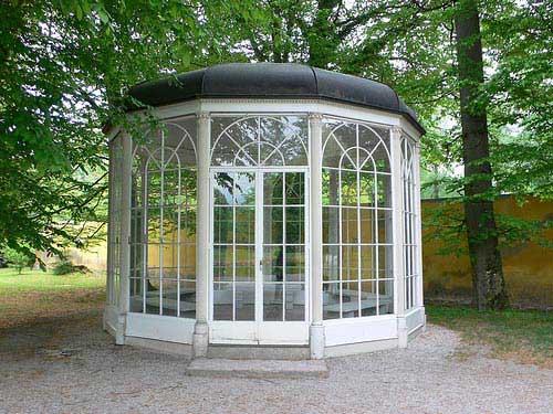 הביתן שבארמון הלברון (Schloss Hellbrunn), בסרט ניצב במתחם ארמון לאופולדסקרון