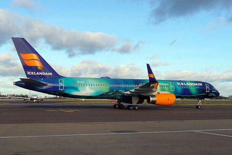 מטוס של חברת אייסלנדאייר המעוטר בדוגמת הזוהר הצפוני
