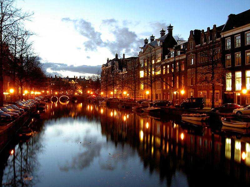 תעלה באמסטרדם בערב