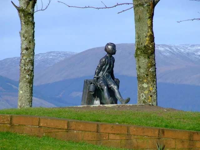 נערה ומזוודתה. פסל של Angela Hunter
