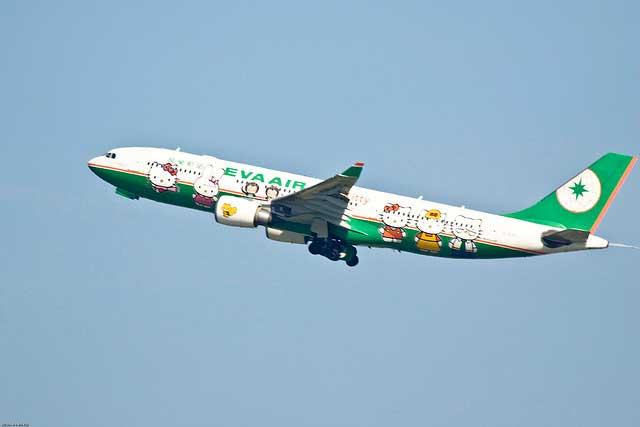 מטוס מעוטר בדמויות של הלו קיטי