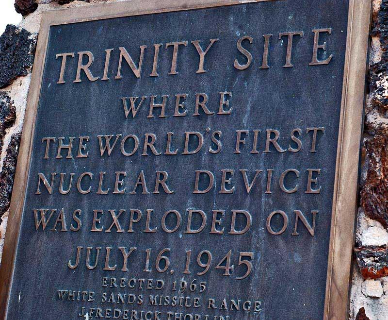 לוחית על האובליסק באתר ניסוי טריניטי בניו מקסיקו שבארצות-הברית