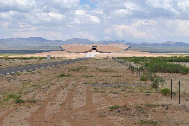 נמל החלל ספייספורט אמריקה על רקע המדבר