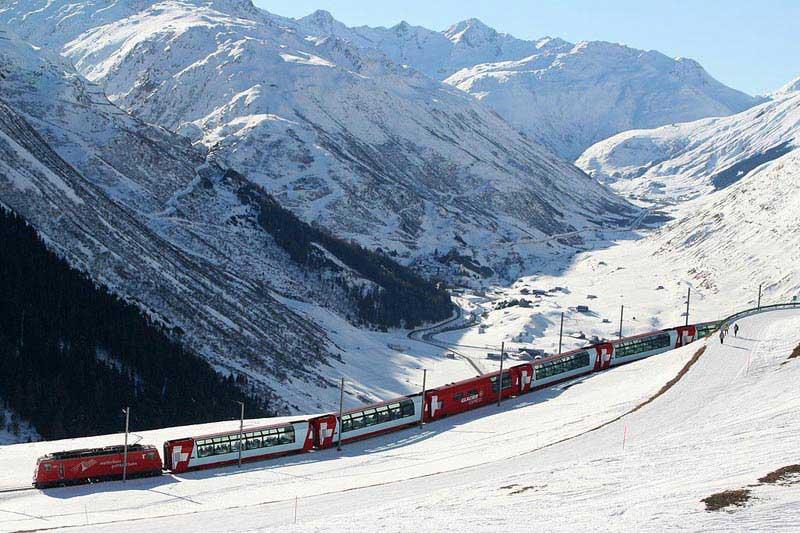 רכבת גליישר אקספרס במורדות הרי האלפים