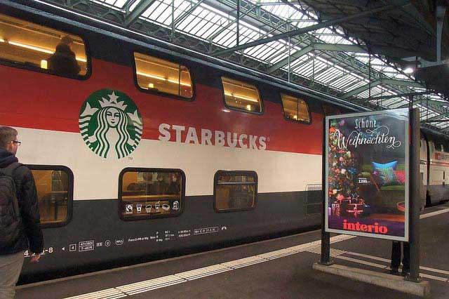 קרון סטראבאקס דו-קומתי באחת מהרכבות בשווייץ