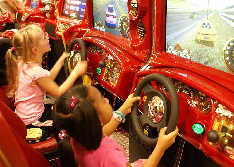 ילדות משחקות במשחקי וידיאו