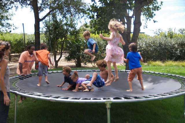 ילדים קופצים בטרמפולינה