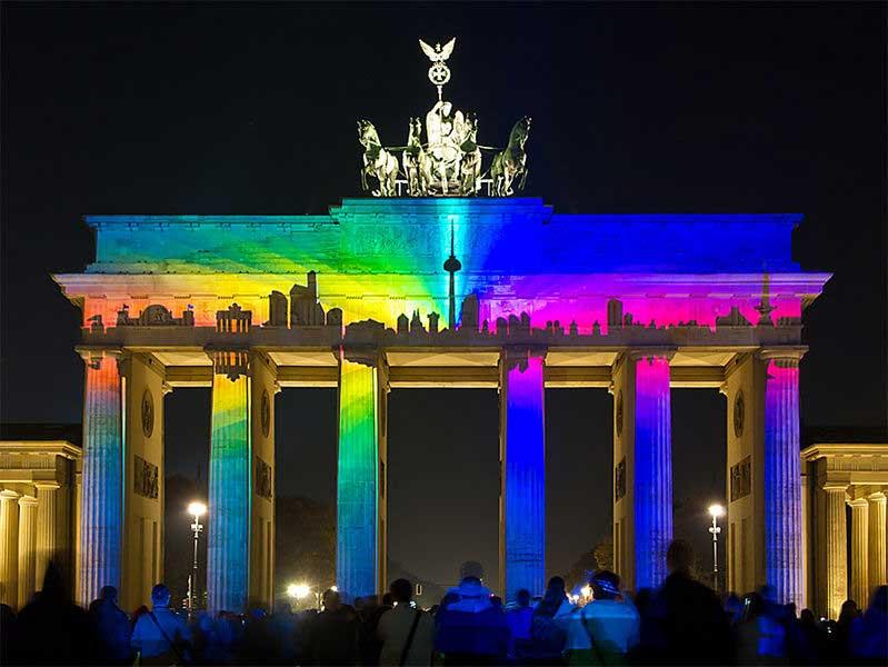 שער ברנדנבורג מואר בפסטיבל האורות של ברלין