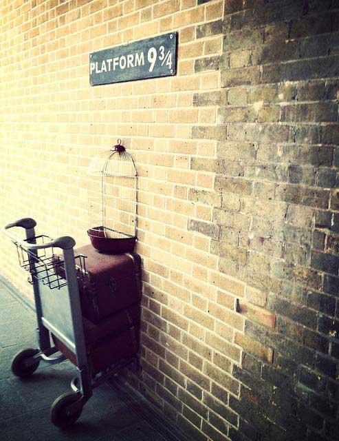 עגלת המזוודות הנעלמת אל תוך קיר הרציף ¾9 שבתחנת קינג קרוס