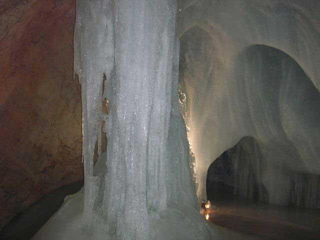 עמוד קרח במערת אָייסריזֶנְוֶולט (להלן)
