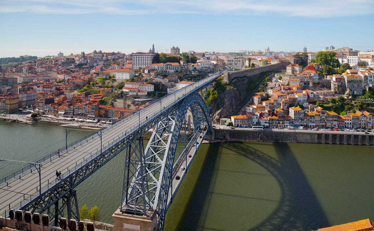 פונטה דה דון לואיש פרימיירו החוצה את נהר דורו בין וילה נובה דה גאיה לבין פורטו