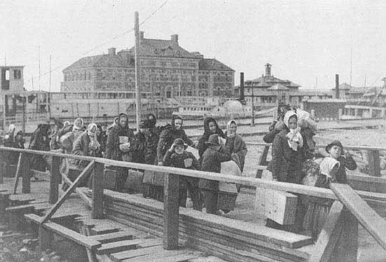 מהגרים מגיעים לאליס איילנד, 1902