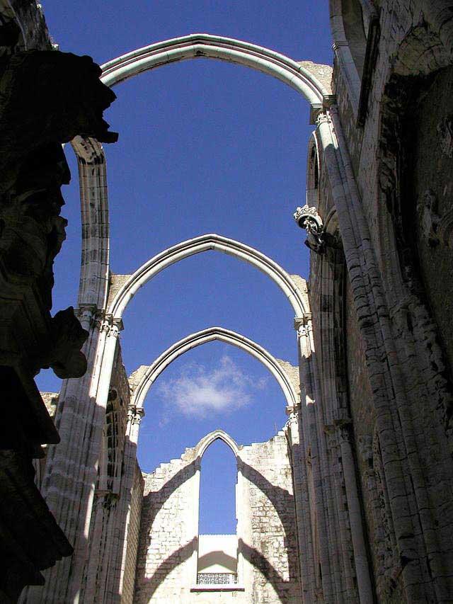 שלד מנזר כָּרמוּ שנחרב ברעידת האדמה של 1755