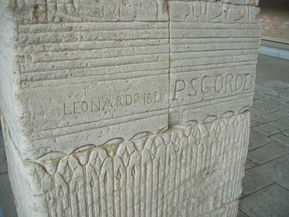 כתובת גרפיטי מהמאה ה-19 על קירות מקדש דנדור