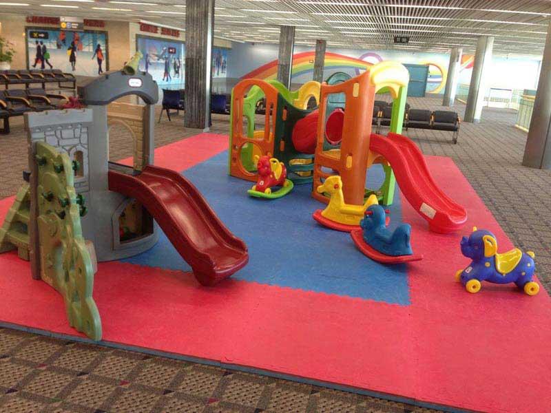פינת שעשועים לילדים בקומה השניה של טרמינל 1