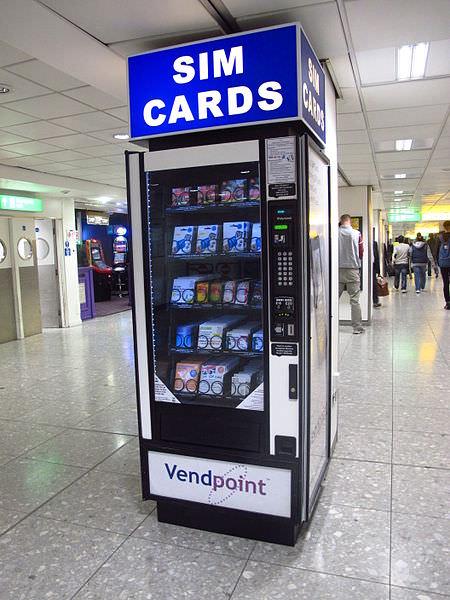 מכונה למכירת כרטיסי SIM בנמל-תעופה