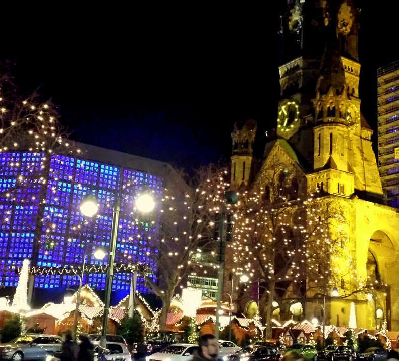 שוק חג מולד ליד כנסיית הזיכרון לקייזר וילהלם